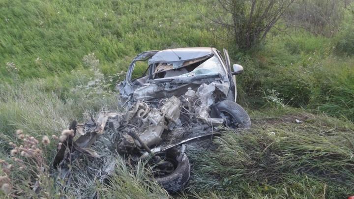 На кузбасской трассе легковушка выехала на встречку и влетела в грузовик. Один человек погиб