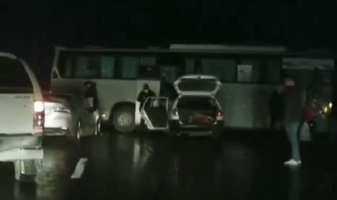 Пассажирский автобус перегородил трассу, и в него врезались две машины