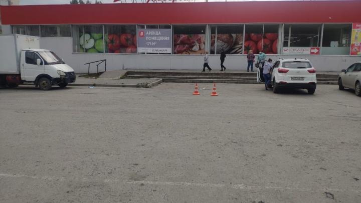 В Екатеринбурге разыскивают водителя, который сбил на парковке у магазина двух девушек и скрылся