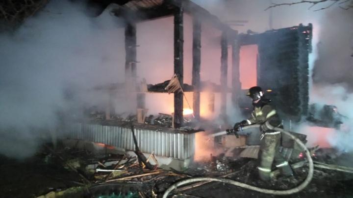В Екатеринбурге соседи спасли из горящего дома пожилую пару