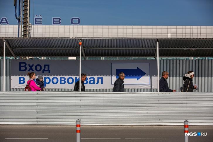 Завершить строительство нового терминала планируют в третьем квартале 2022 года, а пока новосибирцев и гостей города просят обходить стройку