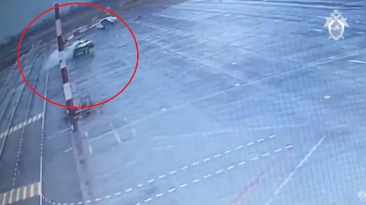 Сбил мачту и задымился: инцидент с вертолетом в аэропорту Волгограда попал на видео