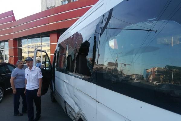 От сильного удара у автобуса разбились боковые стёкла