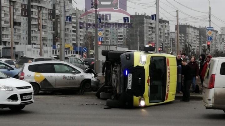 Около «Планеты» таксист опрокинул реанимобиль