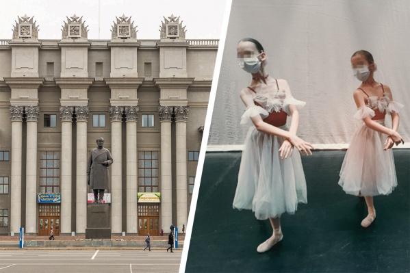 Девочки репетировали в масках, ожидая своего выхода на сценунесколько часов