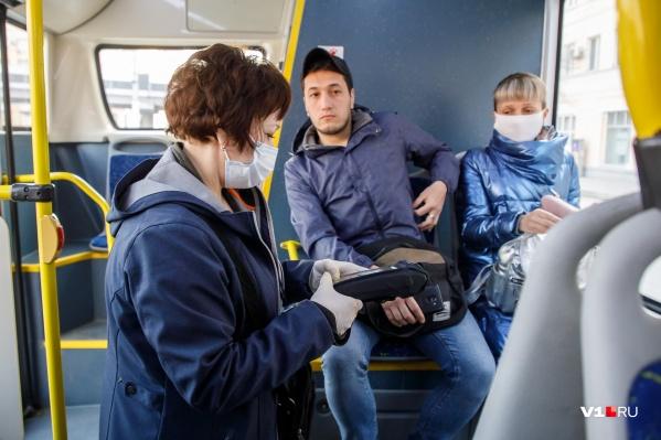 Пассажиры вновь пожаловались на толчею в салонах автобусов