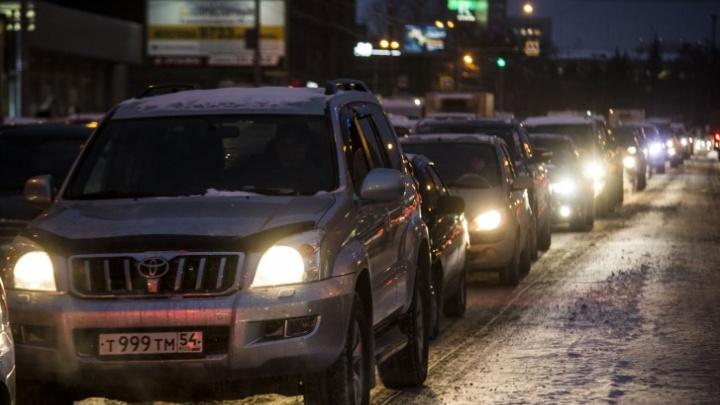 Новосибирцы застряли в пробках в сторону левого берега — на улицах города произошло несколько аварий