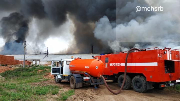 Появилось видео тушения пожара на кирпичном заводе в Башкирии