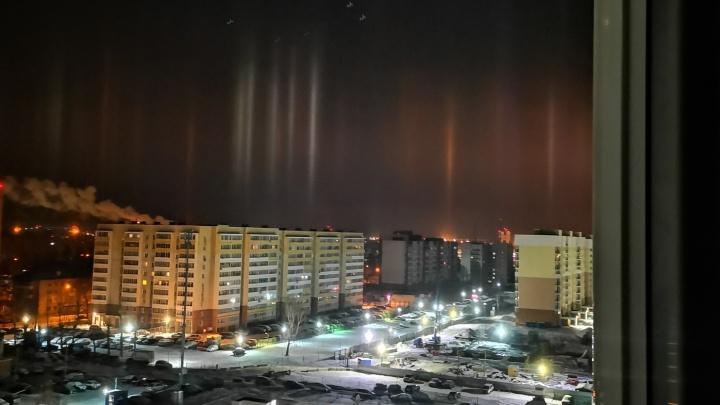 В небе над Екатеринбургом появились световые столбы, похожие на северное сияние: видео