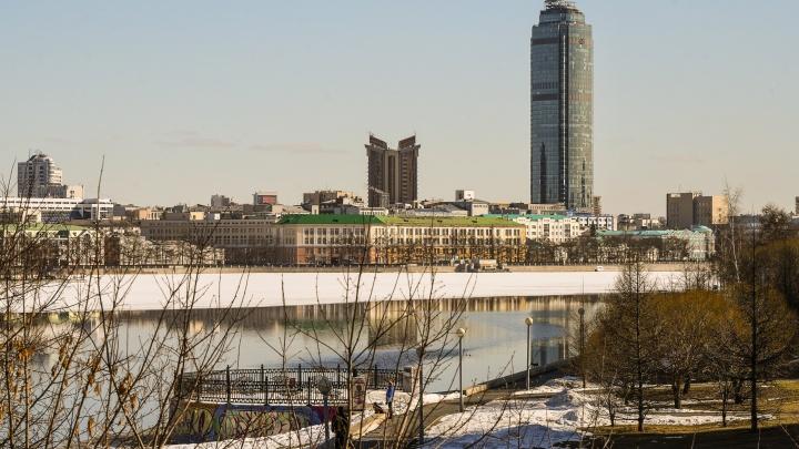 Момент, когда мужчина провалился под лед на Городском пруду, попал на видео