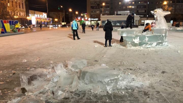 Дети ломают недостроенный ледовый городок на площади 400-летия Тюмени