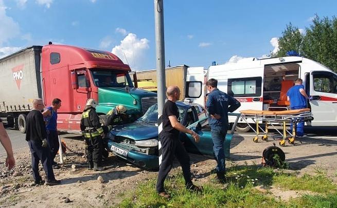 Пострадал ребёнок: на Костромском шоссе фура смяла легковушку. Фото с места ДТП
