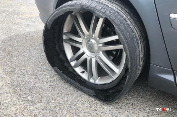 Владелец иномарки считает, что колесо изначально повредил его сосед