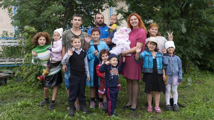 «Зато нами гордятся власти!»: как семья с 12 детьми живет в полутора комнатах в уральской деревне