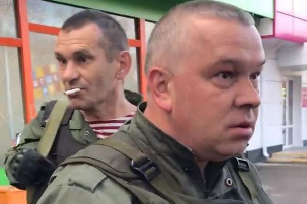 В лицо брызнул охранник, который на фото на втором плане
