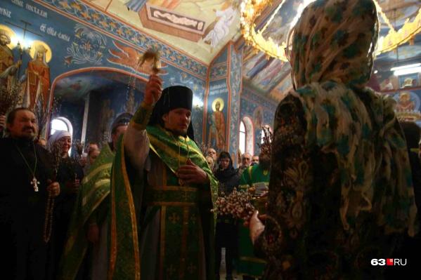 Священники окропили святой водой всех прихожан
