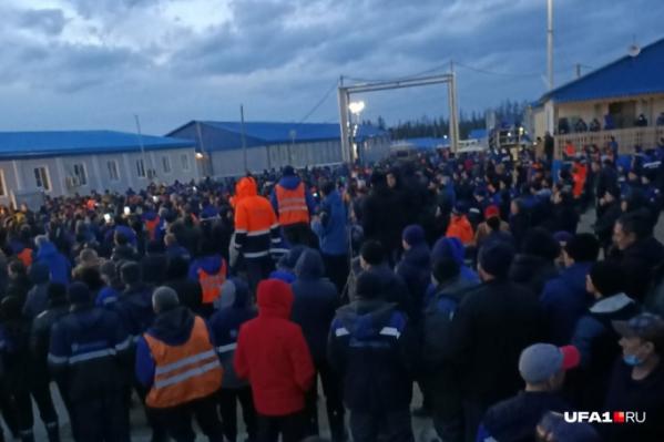 Работники вышли на митинг