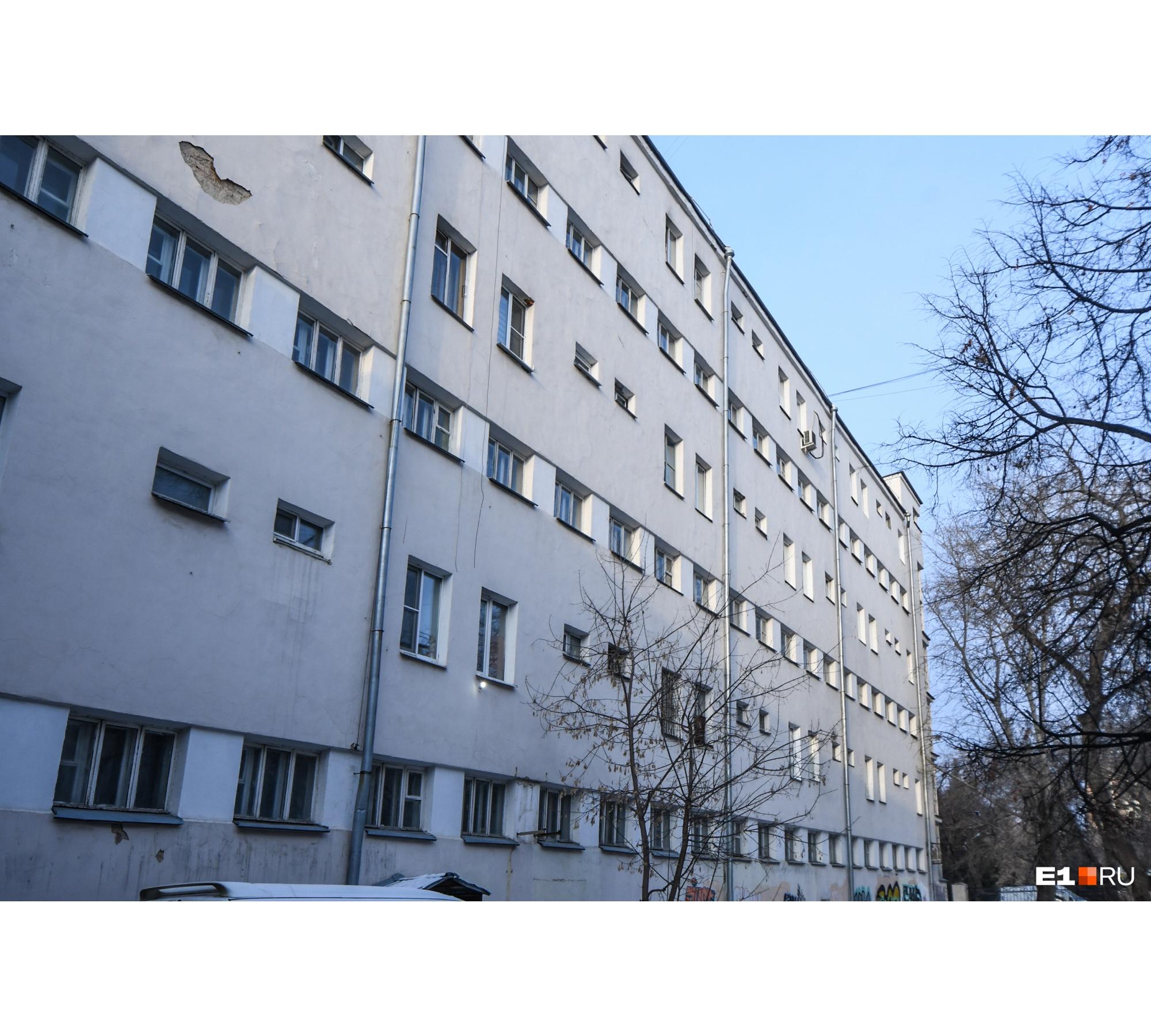 Фасады красили к 50-летию Победы, тогда в Екатеринбург приезжал Борис Ельцин на открытие памятника Жукову