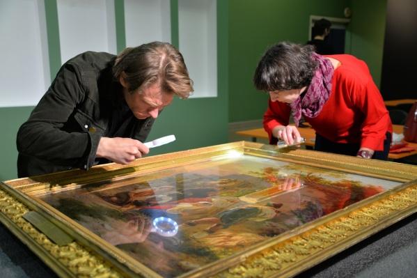 В галерее откроется выставка 120 шедевров из Третьяковки и ГМИИ имени Пушкина. На фото реставраторы осматривают картины после долгого пути