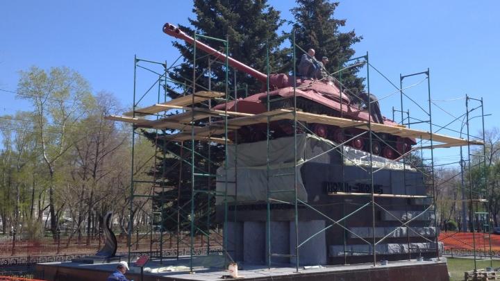 Памятник-танк «Победа» в Челябинске порозовел