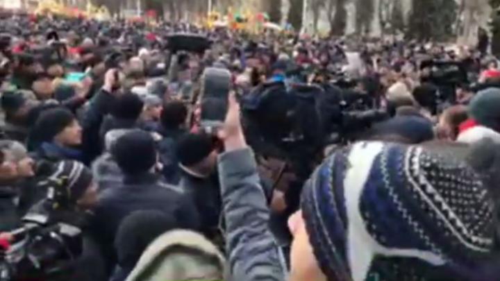 Тысячи людей вышли на митинг к администрации в Кемерово