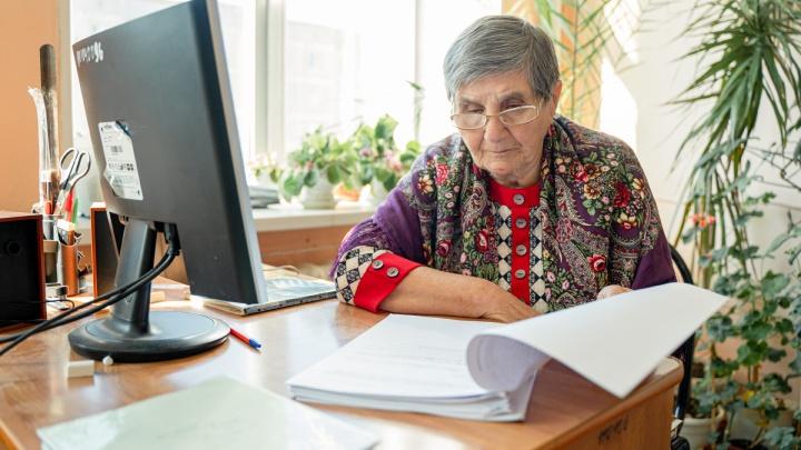 «Была на больничном, но не помню, в каком году»: каково быть 83-летним учителем в школе поколения Zoom