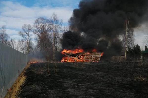 Огонь перекинулся с одного дома на другой