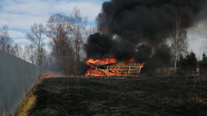 «Налил жидкость для розжига на крыльцо»: в Ярославской области нашли мужчину, спалившего два дома