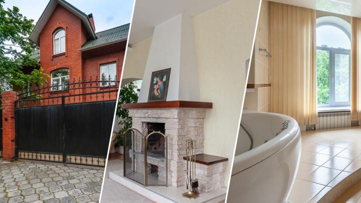 Хозяева уезжают с Урала: дом из красного кирпича на берегу Шарташа выставили на продажу