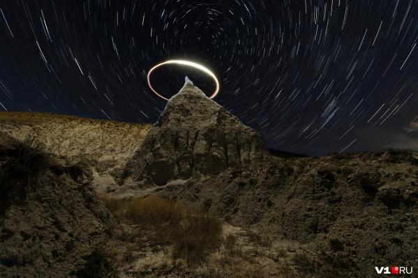 Световой нимб и звёздные треки над горой Ведьмин Клык