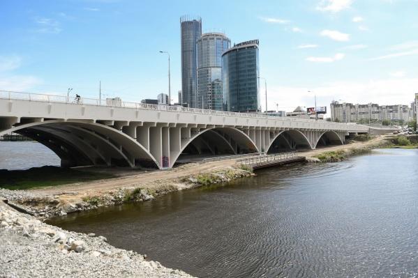 Сейчас под Макаровским мостом можно свободно гулять. Этим и воспользовались мастера стрит-арта