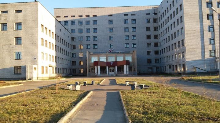 Под окнами больницы в Коряжме нашли тело пациентки ковидного отделения