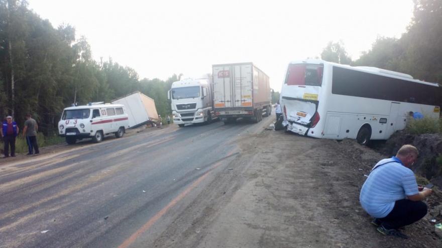 В Зауралье столкнулись большегруз и пассажирский автобус
