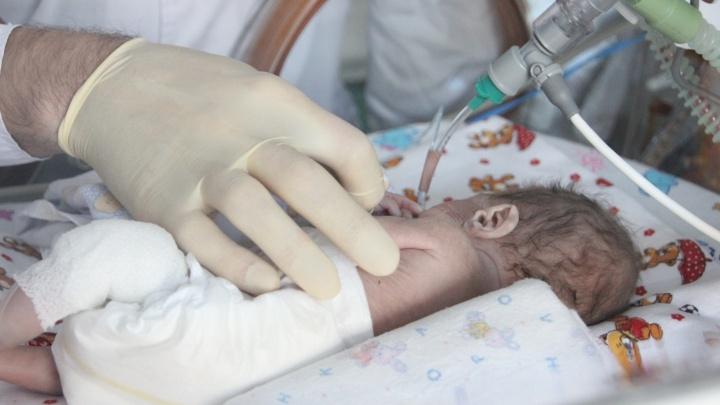В Челябинске врачи спасли ребёнка, родившегося на седьмом месяце с весом в 490 граммов