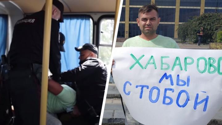 «Поставили на колени, надели наручники»: задержанный за пикет в поддержку Хабаровска — о двух часах в автозаке