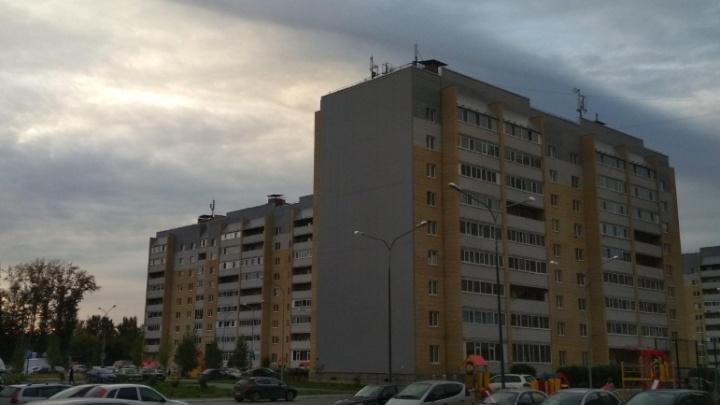 На Избышева из окна многоэтажки выпала пожилая женщина