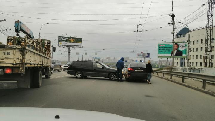 Авария с двумя легковушками на Восходе заблокировала съезд на Октябрьский мост