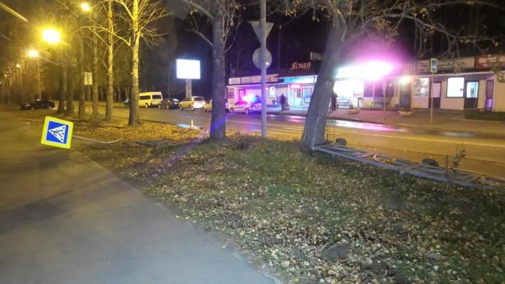 В Екатеринбурге из-за водителя, который врезался в ограждение, пострадал пешеход, стоявший на тротуаре