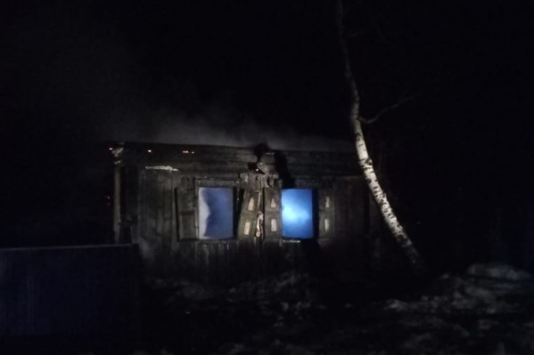Когда пожарные приехали на вызов, дом горел открытым огнем