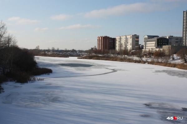 Мальчик и девочка играли в районе Кировского моста и провалились под лед, только-только появившийся после морозов