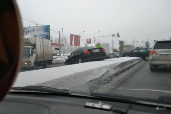 Одна из машин — участников аварий — улетела на отбойник