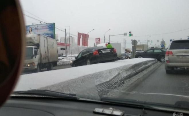 Volvo залетел на отбойник: две аварии заблокировали Большевистскую в обе стороны