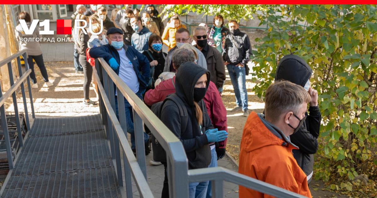 «Стоим на улице по 4 часа»: желающие сдать тест на COVID-19 волгоградцы выстроились в огромные очереди