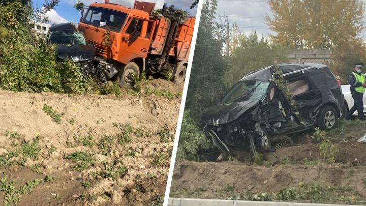 КАМАЗ подмял под себя джип на Северном шоссе