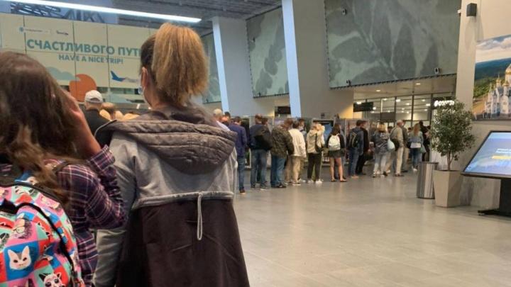 В пермском аэропорту скопилась очередь на досмотр. Почему так происходит?