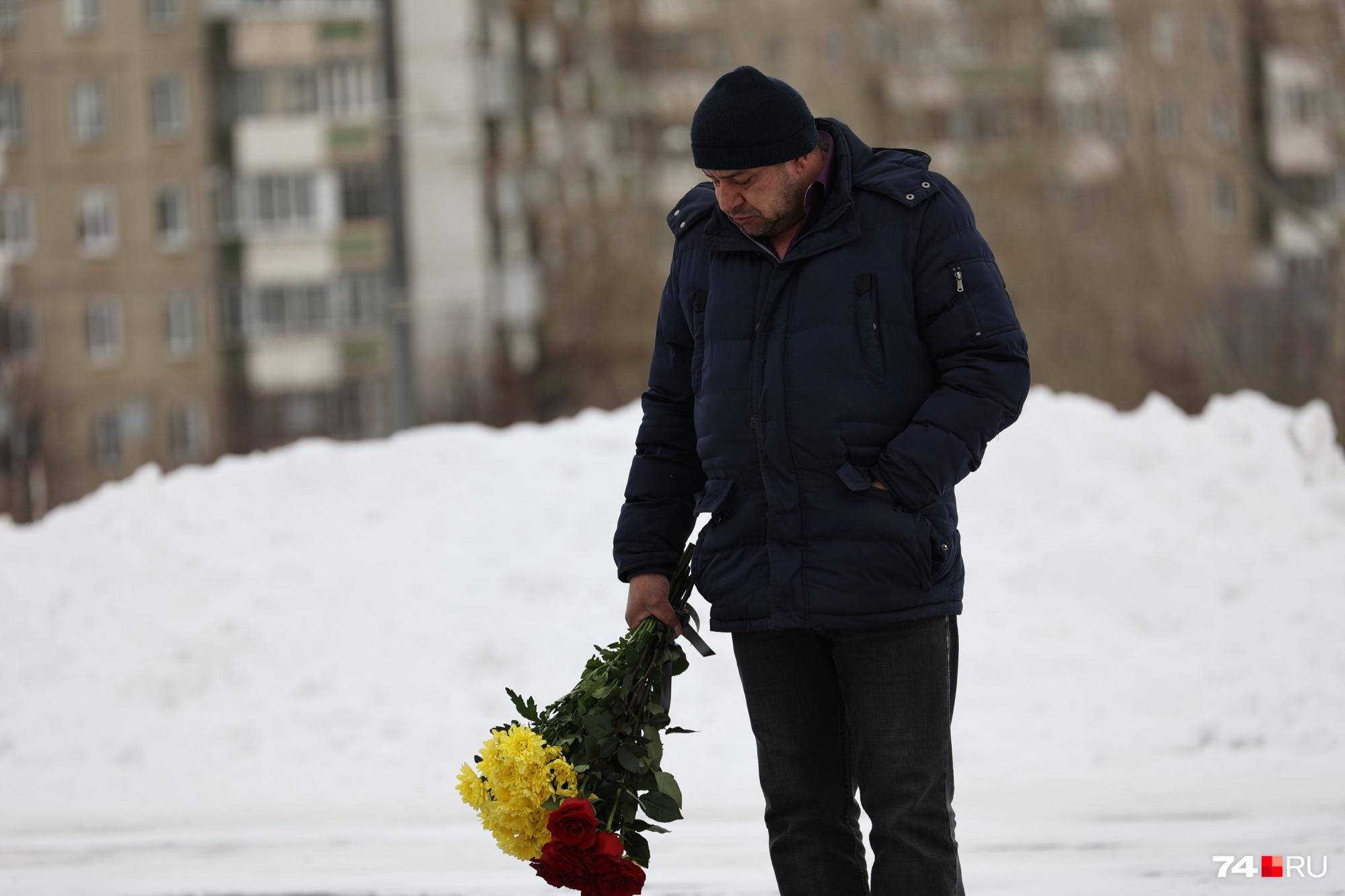 В Челябинске простились с 19-летним хоккеистом, умершим после тяжелой травмы на льду. Онлайн-репортаж