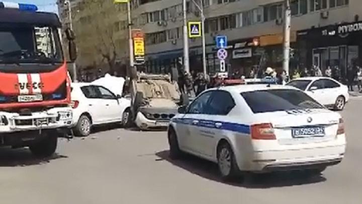 В центре Волгограда иномарка опрокинулась после ДТП: видео