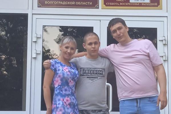 Ярослава сегодня отпустили домой, и он наконец встретился с родителями