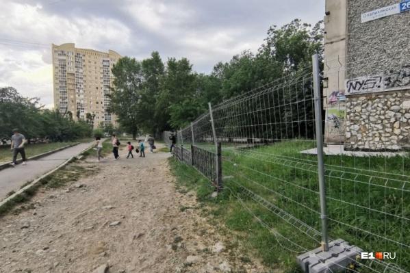 Сквер по периметру обнесли забором