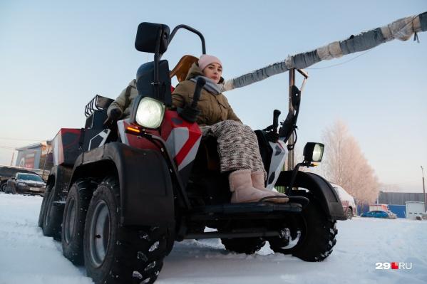 Студентка САФУ Есения Лопатина с легкостью управляет вездеходом MARS. Ее создатели говорят, что она как будто рождена для этой машины